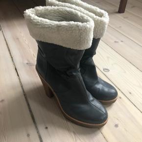 Grå-lilla støvle fra Marc Jacobs med for der kan vendes ud og ind