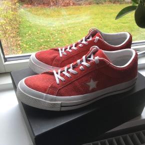 Fede røde Converse One Star sneakers i str. 41,5.  De er brugte og lidt fnuldrede som ses på billederne i stoffet men stadig seje🤘🌞