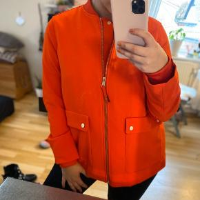 Sælger denne flotte jakke. Det er en str. large, med passes også af en medium.  200kr. Inklusiv
