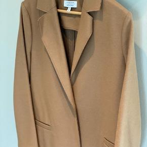 Brugt 2-3 gange. Lækker Camel farvet frakke fra Other Stories 80% uld 20 % polygamid