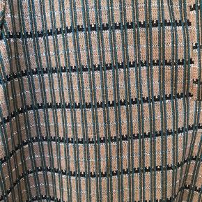 Elegant skjorte-bluse med guld i mønstret. Brugt to gange og fejler intet.