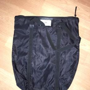 Sælger denne Day taske i sort i den mellem/lille model, da den ikke bruges