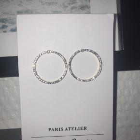 Sælger disse & Other Stories ørering/ørestikker. De er i guld med sten/diamanter/brillanter rundt i kanten. Der mangler ikke nogens sten og de er helt nye. Aldrig brugt💫🌸 Nypris var 125 DKK og de sælges billigt