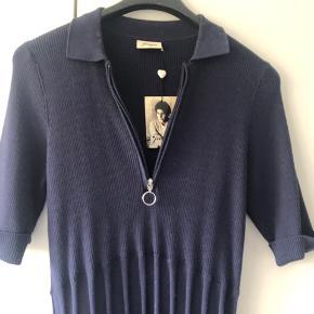Sød kjole med krave og lynlås. A-form. Ny med mærke på.  Omkreds bryst liggende 96 cm Omkreds bryst udstrakt 118 cm Fuld længde 104 cm Materiale 100 % bomuld  Bytter ikke...