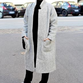 Sælger denne smukke uldfrakke fra Ganni i lysegrå. Jakken er i rigtig fin stand, udover at der er et indvendigt hul ved den højre armhule. Den er kun brugt et par gange, og der medfølger bindebånd. Købt for 2.500kr.  📍Kan hentes centralt i Roskilde 📍Kan sendes med DAO på købers regning 📍Bytter ikke 📍Har ikke mulighed for at sende billeder med den på