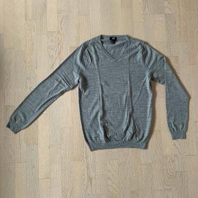 H&M herre bluse med v-hals grå str. L. 100% merino uld / merinould. Fin stand. Kan sendes for 39 kr,