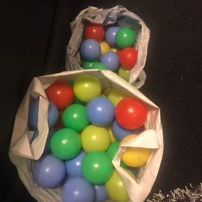 Forskellige små bolde 🏐 Multi farver ⚽️🏀 142 stk.  Gerne byd ..