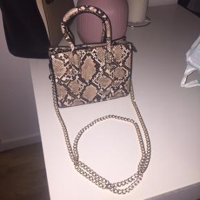Hånd / Skulder taske fra H&M. Aldrig brugt. Prisen kan forhandles.  Kan hentes og leveres i Aarhus eller sendes på købers betaling.
