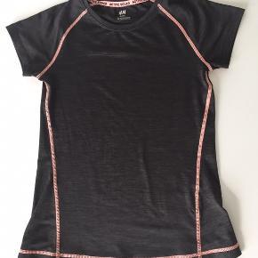 Lækker bluse til sport og idræt .  Næsten ikke brugt og nærmest som ny  Mørk gråmelerett med pynte sømme i frisk kontrastfarve  Sender gerne - 33 kr. med DAO