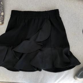 Mega fin nederdel fra little remix. Str 10 med en fin flæse. Ingen tegn på slid, pletter, huller mm. Np 600 mp 150-200, byd!