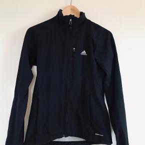 Sælger en slim fit adidas jakke, der er ingen hætte men den kan sagtens tåle regn.