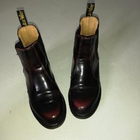 Super fine rødvinsfarvede dr. Marens støvler sælges, da jeg ikke kan passe dem.