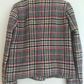 Varetype: Blazer Farve: Multi Oprindelig købspris: 1600 kr.  Smuk jakke fra Gestuz. Jakken er kun brugt enkelte gange.  Bytter ikke.
