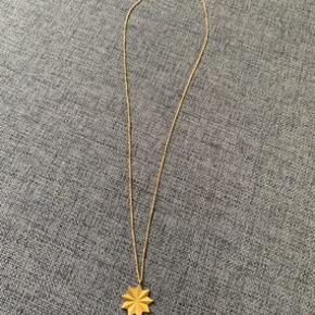 Flot og feminin intobloom halskæde (den store model) fra Louise Kragh sælges, da den aldrig har været i brug. Materiale: mat forgyldt 925 Sterling silver Længde: 45/50 cm (den har tre forskellige lukninger) Nypris: 950