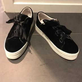 Sælger disse fede sorte velour Sneakers fra Cashott for en veninde.. Med satin snørebånd 😀  Kun brugt 2 gange  Nypris 900,-