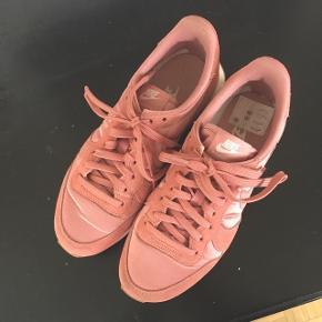 Sneakers fra Nike. Str 37,5  Fejler intet og brugt få gange