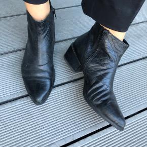 Støvle i croco print  Skal forbi en skomager og limes ved sål (se billede)   Ellers er den pæn.