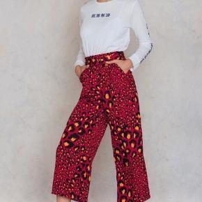 Super fed rød Leopard buks med bælte ... fra Gestuz ... Har også toppen til salg i samme print