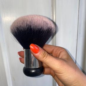 Flot meget stor makeup børste. Ukendt mærke.