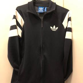 Adidas trøje med lynlås i mørkeblå, str. S.