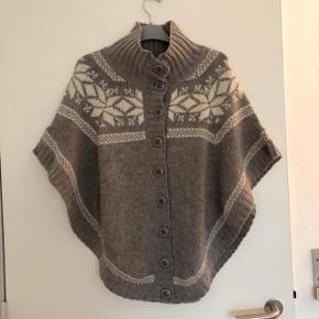 Soaked in luxury lækker strikket poncho med knapper Str M.  Med 80 % uld . Se foto nr 2