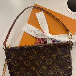 Læs hele teksten!  Jeg sælger KUN remmen til denne Louis Vuitton Pochette, da jeg har købt ny monogram rem til denne taske.  Jeg har ofte set annoncer, hvor folk sælger pochetten uden rem, så derfor vil jeg give andre mulighed for at købe den originale rem til pochette accessorie, eller anden Lv taske :)  *Kan også bruges som nøglering, armbånd eller andet*