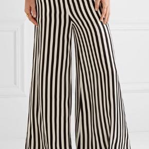 Smukke stribede sort hvide bukser i Silke fra Malene Birger, modellen hedder Ladralla. Aldrig brugt og med tags.   Jeg sender samme dag du køber!  Mængderabat gives også 👍🏻💳🌸