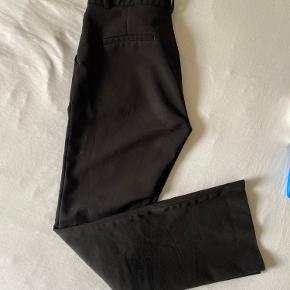 Sælger disse fede flair bukser fra neo noir. De har en lille smule funkler på læggen, men ikke noget man ser☺️ Skriv for flere billeder☺️