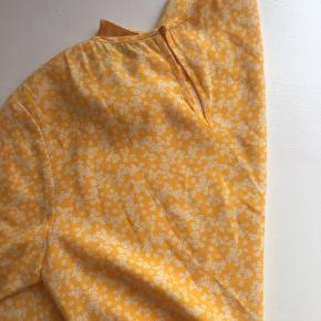 Helt nye Samsøe Samsøe bluse i farven som 'gul', den er mere en varm gul.  Den er i en rigtig god kvalitet og er dejlig at have på (100 % viscose)