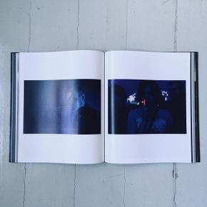 Super fed fotobog med de bedste musikbilleder fra danske fotografer! Om bogen skrives:   PICTURE THE MUSIC – DANMARKSHISTORIENS STØRSTE MUSIKFOTOPROJEKT  Musik skaber billeder. Musik skaber minder. Musik handler om følelser. Musik er fotogent. Musikken er meget mere end koncerter – den er i hørebøfferne under dynen, på cyklen med celloen på ryggen, i orkestergraven, i dansen mellem dine bedsteforældre og hos barnet, der får sin første guitar.  I det, der er blevet det største danske projekt for musikfotografi nogensinde, har Copenhagen Photo Festival igennem de seneste tre år opfordret alle danskere til at fotografere deres musikoplevelser. De bedste fotos er blevet til en storslået samling af smukke, gribende og stemningsfulde billeder til eftertiden, udvalgt af en kuratorgruppe, som består af Lucy Love, musiker og billedkunstner, Thomas Borberg, fotochef hos Politiken samt Rasmus Ranum, medstifter af Copenhagen Photo Festival.