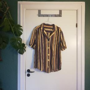 Fed, stribet retro skjorte. Jeg fitter normalt M, og den er som det ses oversize.