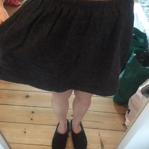 Passer en str 38/40  Mørkegrå uld nederdel i a facon med lommer i hver side