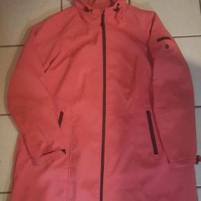 Super fin softshell jakke. Str. M passer 46/48. Brystmål : 120 cm. Går ned over enden. Ca. 90 cm lang.