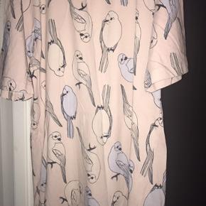 T-shirt og tunika  Lidt duset på t-shirten   Sælges billigt 125 for begge