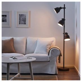Sælger denne gulvlampe fra IKEA. Np 399 kr. Pærer følger med. Fremstår som ny, uden skrammer. Kan hentes i Odense C