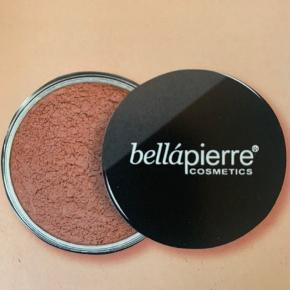 BELLAPIERRE   Mineral Blush farve amaretto.   Perfekt som Blush, kan også bruges på kravebenet, eller generelt som en solskinspudder  Ny📌 Fullsize 6 g.  Tjek også mine andre produkter 🤩