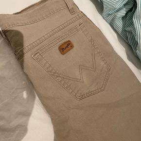 Utydelig plet bag på det ene bukseben, derfor den lave pris - er ikke forsøgt fjernet, så kan sikkert godt fjernes hvis man har gode vaske skills :))
