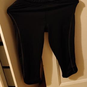 Sælger mine newline halvlange tights. Tightsene er en størrelse small. De er gamle og brugte, men ikke overdrevet slidte. Jeg tænker en 50 kr vil være fair. Ellers byd 👍.