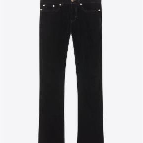 Varetype: Velour Bootcut Jeans Størrelse: 28/32 Farve: Sort Oprindelig købspris: 3500 kr. Kvittering haves. Prisen angivet er inklusiv forsendelse.  Sorte Saint Laurent velour bootcut jeans. Fra vinter 2018 kollektionen og bla brugt på showet og på kampagne billeder.   Størrelse 28 Low wasted skinny bootcut i sort velour  Aldrig brugt (tag sidder stadig på) og fremstår fuldstændig ubrugt.   Købt i Paris og sælges i perfekt købt stand med original tag samt kopi af kvittering.   Nypris 3.500kr Sælges for 3.000kr inkl forsendelse.