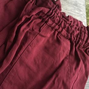Højtaljede shorts, med lommer   Skal helst afhentes på Nørrebro (ca 300m fra Skjolds Plads)! Ellers betaler køber porto med DAO.  Se også mine andre annoncer ☺️