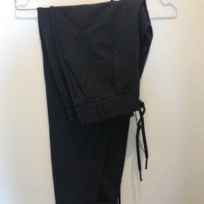 """Mørkeblå bukser fra Only, str S/""""32. Aldrig brugt, prisskiltet er stadig på"""