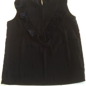 Lækker, sort top fra Petit by Sofie Schnoor med fin flæsedetalje. Passer til stort set alt og er derfor perfekt at have som basis i garderoben.  95kr pp