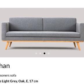 Dansk designer sofa - stoffet er uld i farven grå, imprægneret, træben. Kommer fra et ikke-ryger hjem. 2 år gammel - men ingen skader