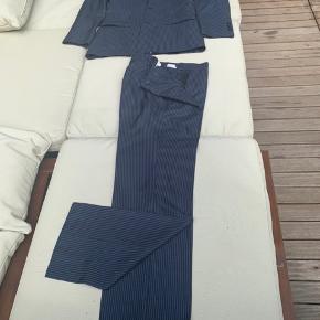 Mørke blå med sølv striber stof. Skrædder syet habit, med japansk hals. Flot til konfirmation eller arbejder som den her var købt til og brugt få gang.