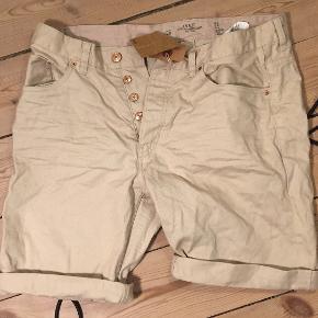 """Beige shorts i bomuld fra H&M. Størrelse: 36""""  Helt nye :)"""