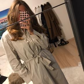 Sælger denne fede kjole fra Samsøe Samsøe, som jeg købte et godt stykke tid siden - derfor kan jeg ikke huske den præcise nypris, men det var mellem 1000-1200 kr. Kjolen har ingen brugstegn, udover den er en lille smule krøllet, da den har hængt i mit skab et stykke tid. Den har en flot beige/lysegrå farve, og er lidt anderledes.