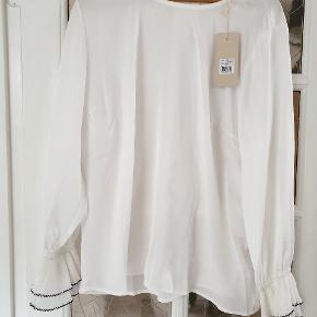 """Lækker skjorte str. 46 i """"knækket"""" hvid. Brystmål ca. 2 x 57 cm, længde ca. 67 cm, ærmelængde incl plissering ca. 63 cm"""