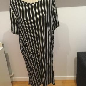 Lækker kjole, brugt få gange  Butikspris 350 Sælges for 100 plus Porto  Materiale: 95% viskose, 5% elasthan Materialets detaljer: Jersey  Længde 91 cm Bryst 2*49 cm