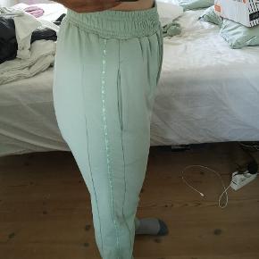 Helt nye mint pastelle bukser fra Gym Shark sælges, da jeg ikke får dem brugt.  Har haft dem på en enkelt gang.