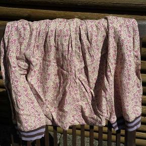 Varetype: bukser Størrelse: 10 år Farve: beige.brun , lyserød Oprindelig købspris: 500 kr.  Korte harerems bukser med elastik i taljen. Pæn stand
